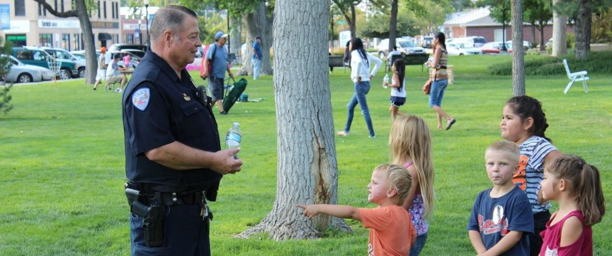 FMPD Detective Steve Vosburg with children at National Night Out